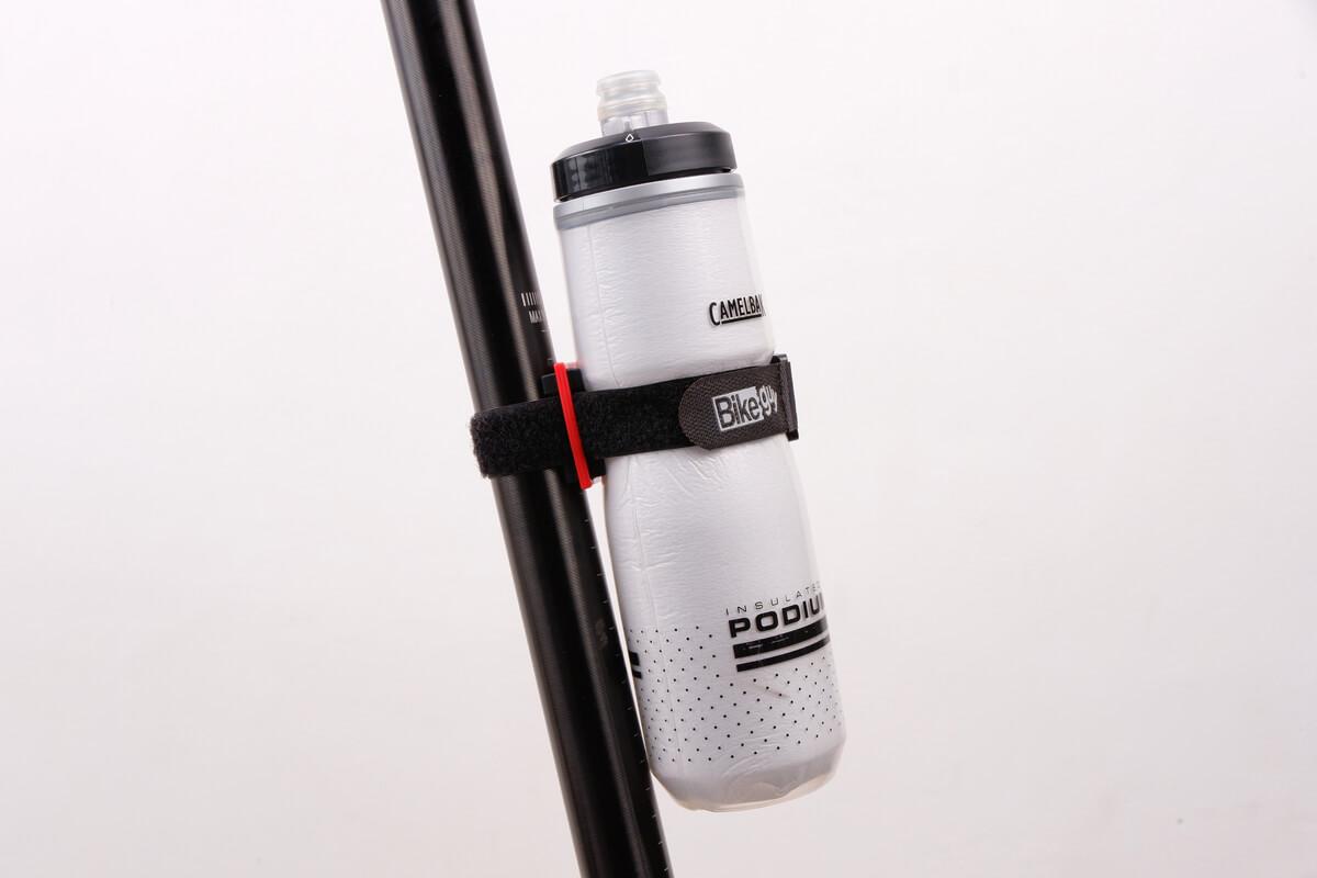 バイクガイのマルチホルダーで自転車ボトルを固定する