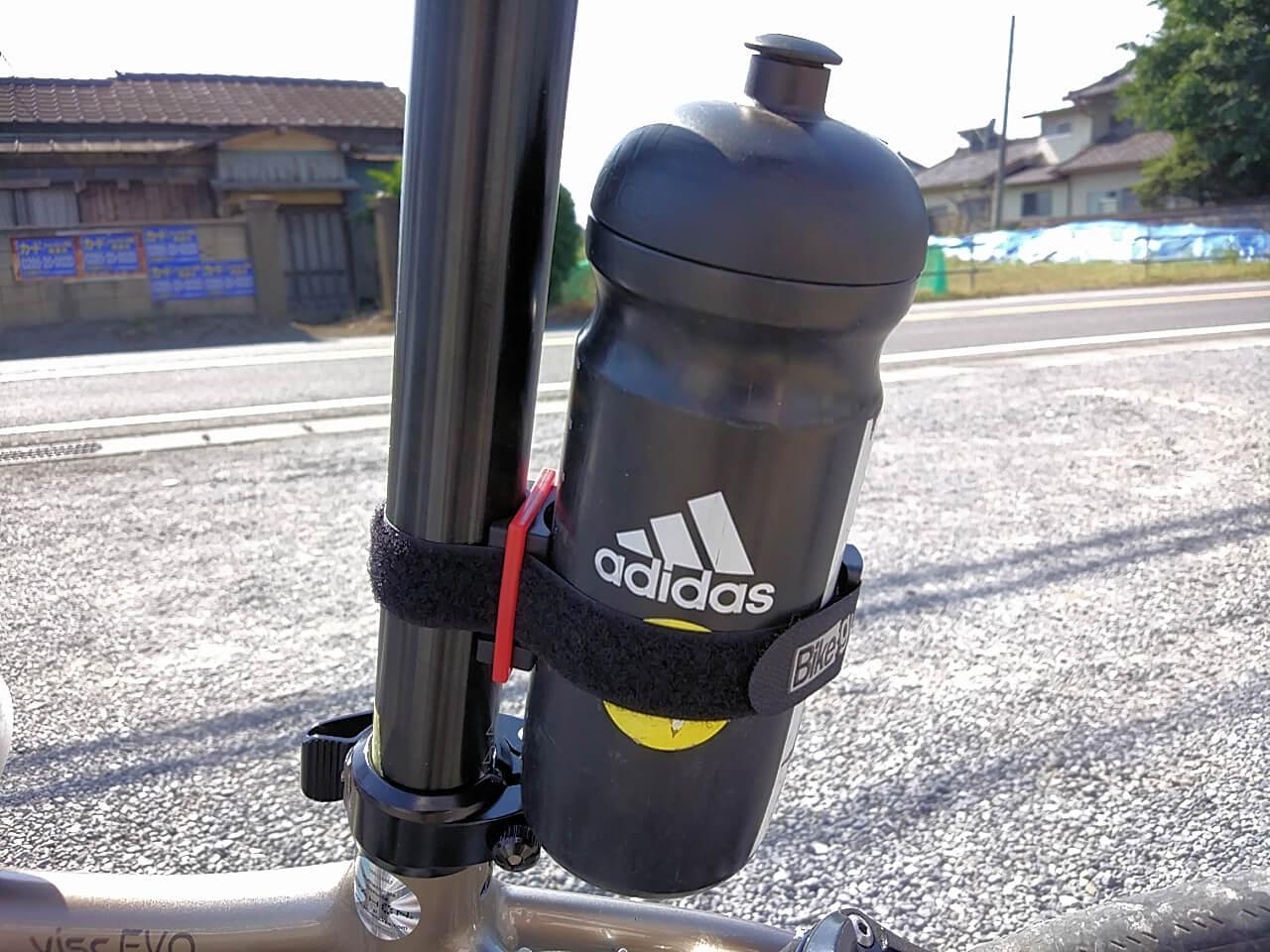 バイクガイ マルチホルダーで自転車ボトルを固定する