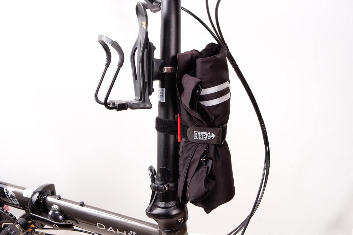 自転車用ウインドブレーカーをハンドルポストに固定する