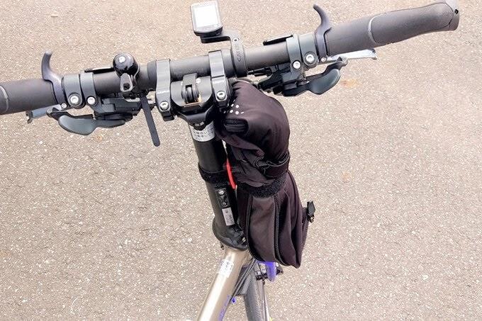 ウィンドブレーカーをバイクガイ、マルチホルダーで固定した
