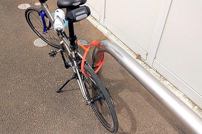コンビニの車止めにOTTOLOCKで自転車をロックする
