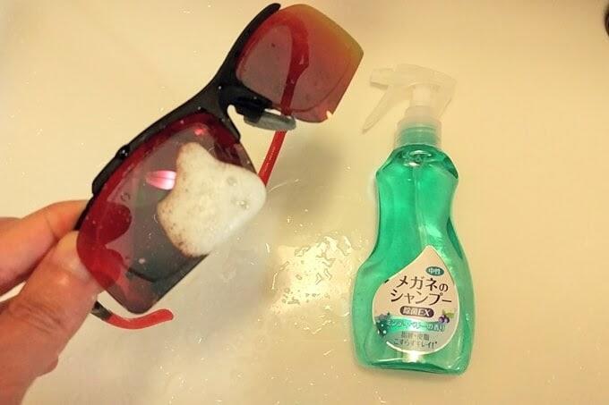 サングラスをメガネシャンプーで洗う