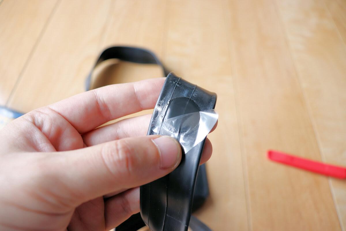 パンク修理パッチの透明フィルムを剥がす