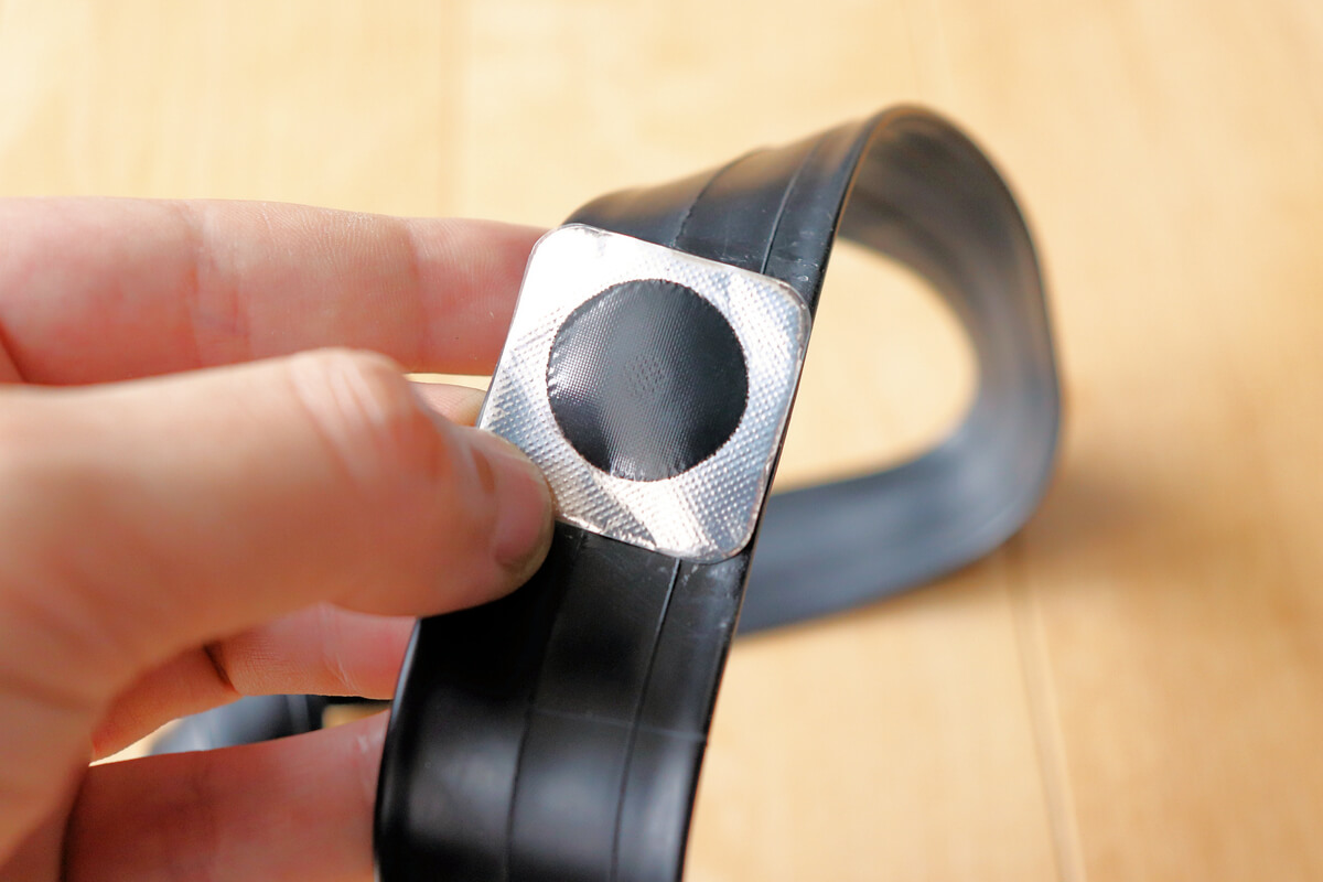 チューブにマルニの修理パッチを貼る