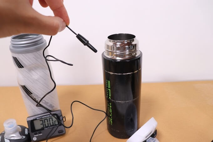 水槽用の水温計で自転車ボトルの水温を測る