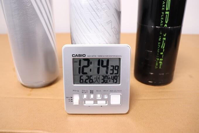 自転車ボトルと温度計付きの時計