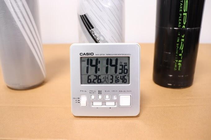 自転車ボトルと温度計付きの時計、2時間経過