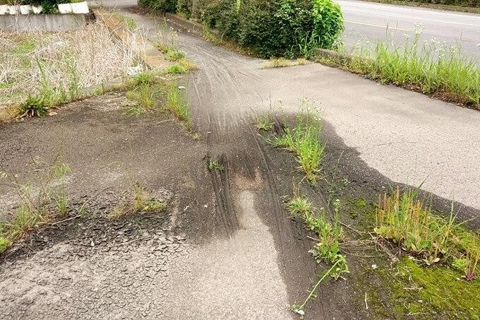 泥溜まりと自転車タイヤの跡