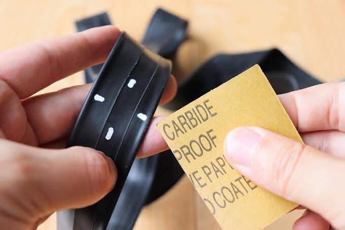 自転車チューブのパンク箇所を紙やすりで削る