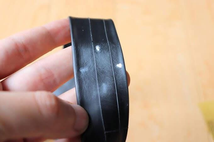 自転車チューブのパンク箇所を紙やすりで荒削りした状態