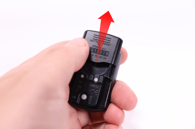 キャットアイ サイコン、ストラーダスマート(CC-RD500B)の電池カバーをスライドして外す
