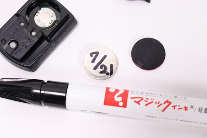 キャットアイ サイコンの電池交換、ボタン電池に油性ペンで日付を入れる