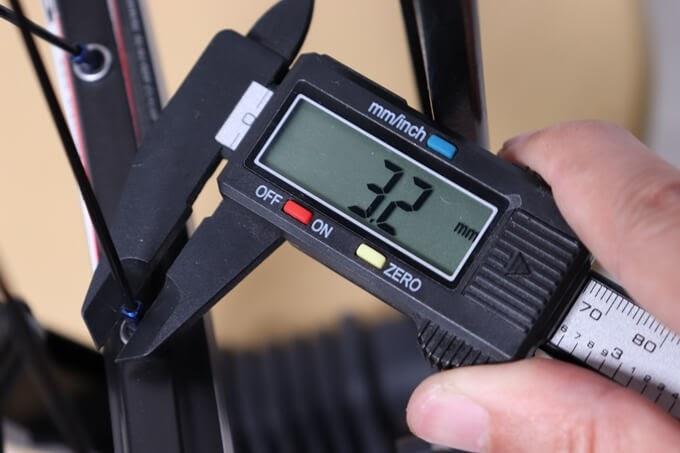 DTスイスのアルミニップルをノギスで計測、幅3.2mm