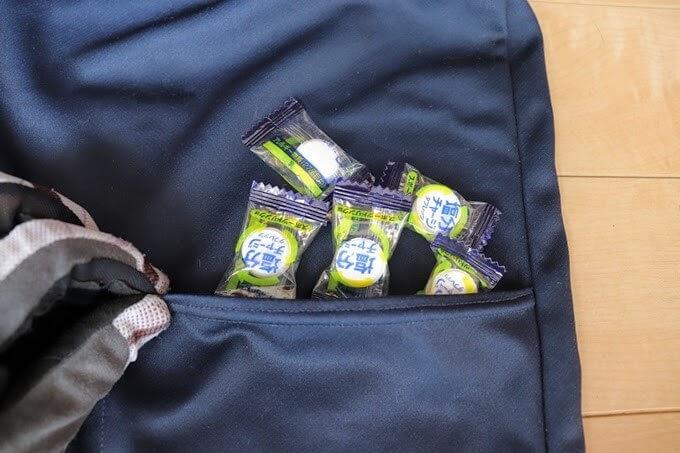 塩タブレットをサイクルジャージのポケットに入れる