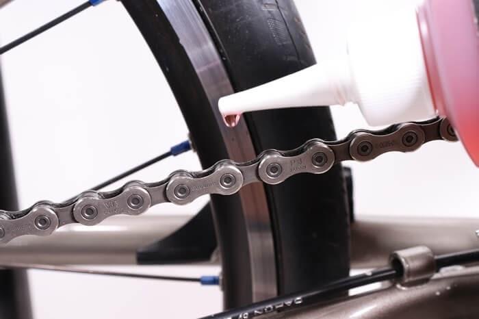 GORIXの自転車用オイルをチェーンに垂らす