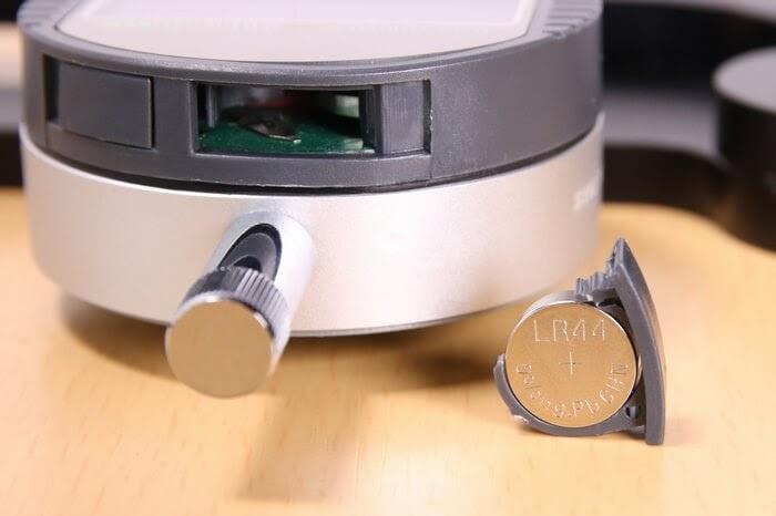 デジタル式スポークテンションメーターの電池はボタン電池LR44