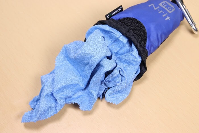 Nrit (エヌリット) カンパックタオルのポーチからタオルを出す