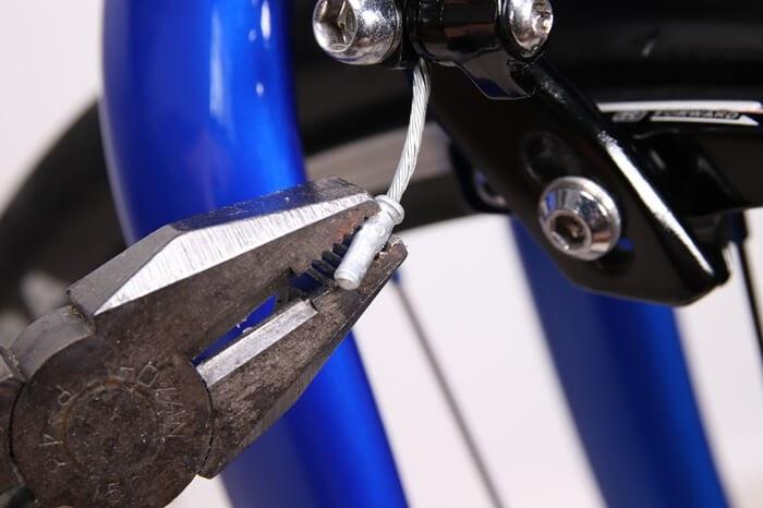 ブレーキのインナーエンドキャップをペンチで取り外す