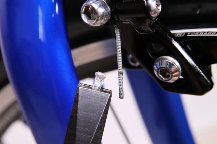 ブレーキのインナーエンドキャップをペンチで引き抜く