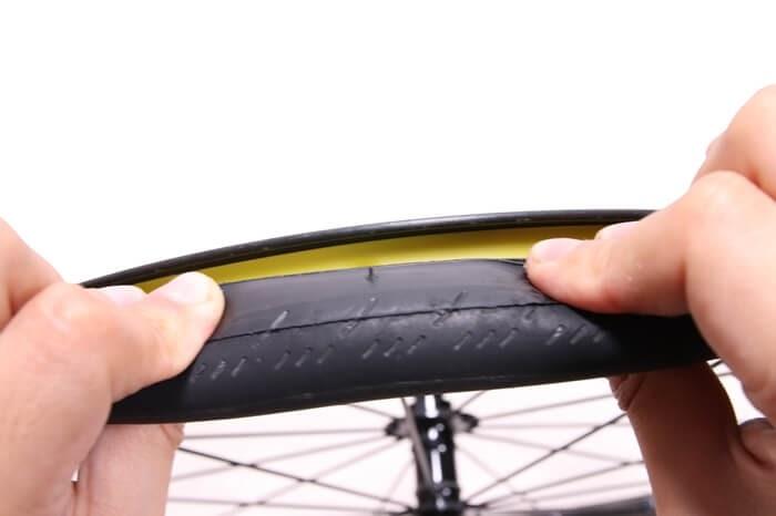 正しい自転車チューブの入れ方、反対側もタイヤをめくってチューブを噛んでないか確かめる