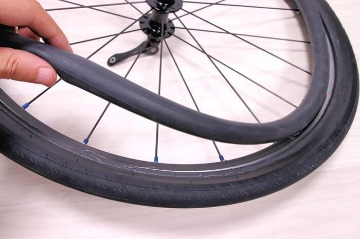 正しい自転車チューブの入れ方、少しチューブに空気を入れてから収める