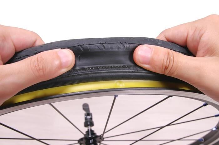 正しい自転車チューブの入れ方、タイヤをめくってチューブを噛んでないか確かめる
