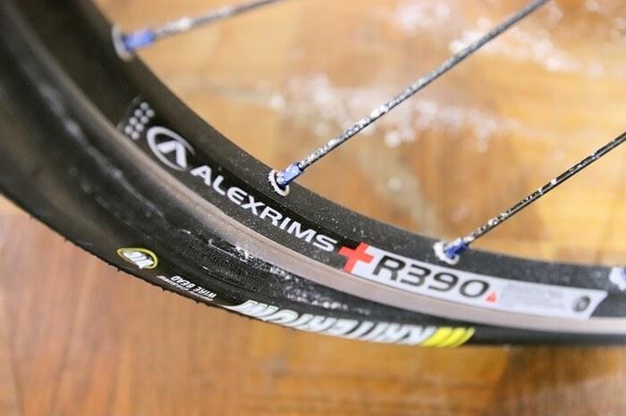 自転車チューブが破裂して、白い粉が飛び散った