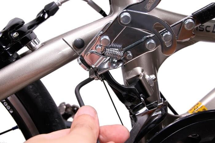 インナーワイヤープライヤーでフロントディレイラーのワイヤーを固定、アーレンキーで締める