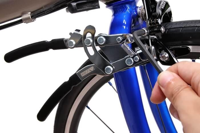 インナーワイヤープライヤーで固定してキャリパーブレーキのワイヤーを固定。アーレンキーで締める