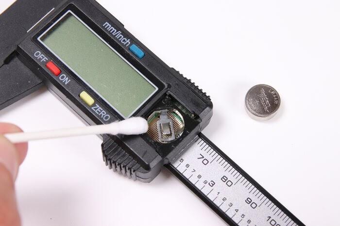 電池の接触不良に接点復活スプレーを使用する