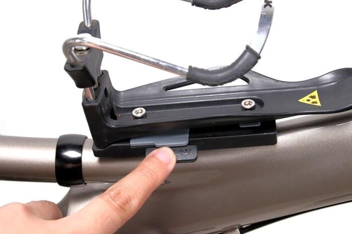 トピーク QRケージマウントのボタンを指で押す