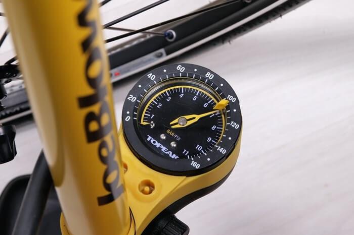 簡易パンク修理パッチで修理後、タイヤに7気圧の空気を入れる