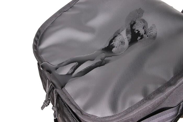 CHROME(クローム)のカメラバッグ「NIKO PACK」の上部はターポリンという素材で出来ている