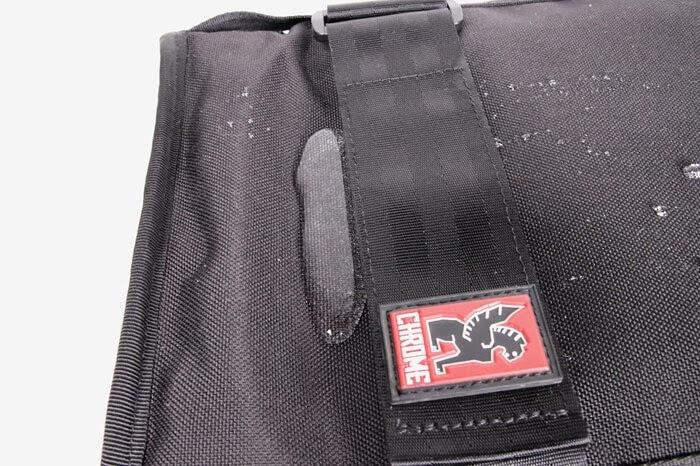 CHROME(クローム)のカメラバッグ「NIKO PACK」、防水テスト