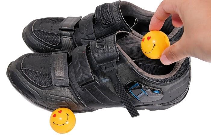 ボール型の芳香・消臭剤、スニーカーボールを自転車のSPDシューズに入れる