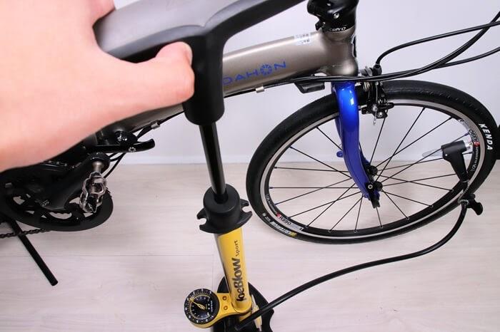 自転車に空気を入れている。トピークの空気入れとDAHON Visc EVO