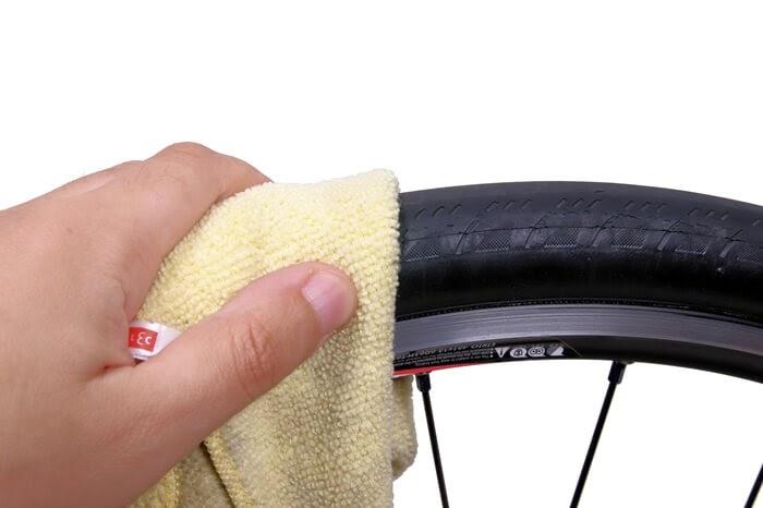 自転車タイヤ表面に異物がないか確認する