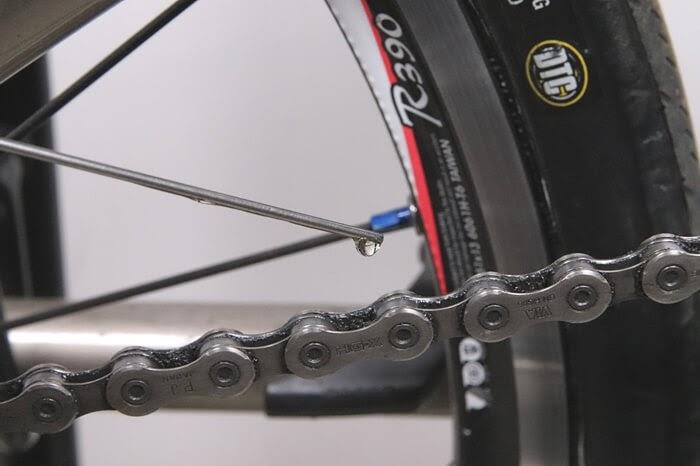 自転車チェーンにオイルを一コマずつ塗布