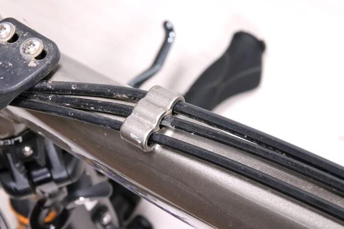 自転車フレーム、アウターケーブルの隙間汚れ