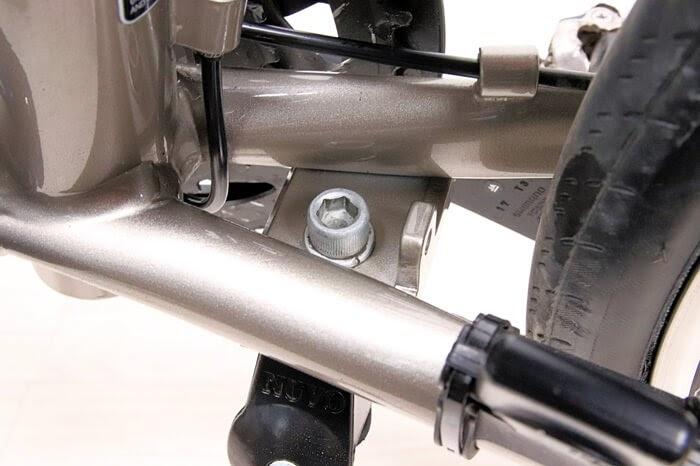 自転車フレームの隙間を綺麗に掃除した