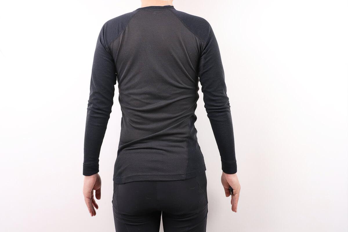 モンベル ジオライン M.W.サイクルアンダーシャツを着た男性の後ろ姿