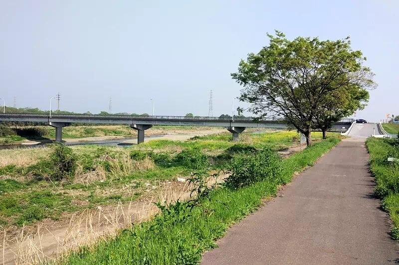 サイクリングロードと河川敷の風景