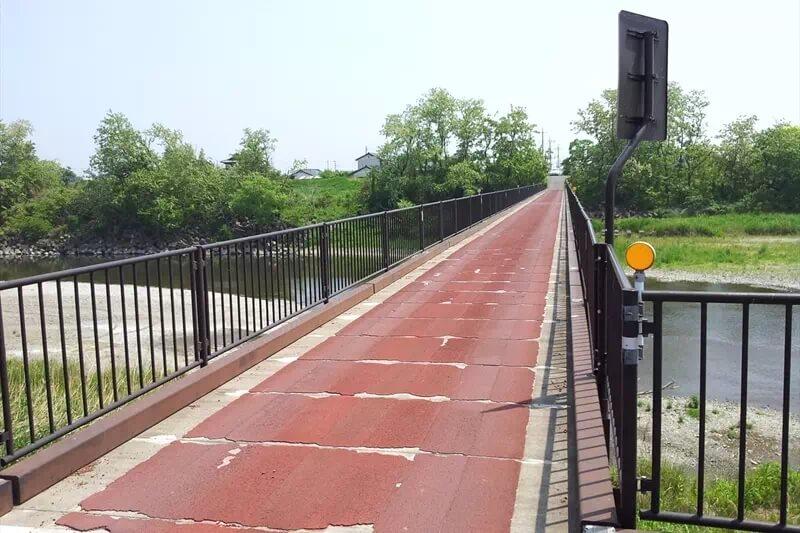 河川敷と橋の風景