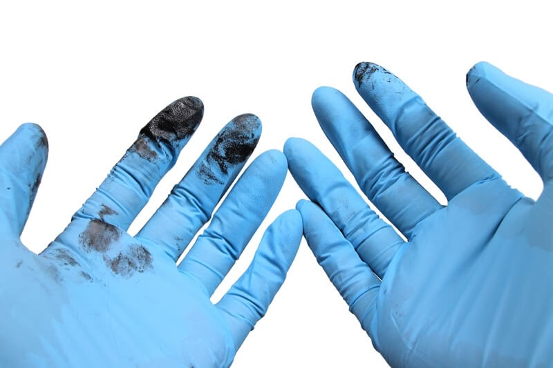自転車チェーンを取り外したあとのニトリルゴム製 極薄手袋の汚れ