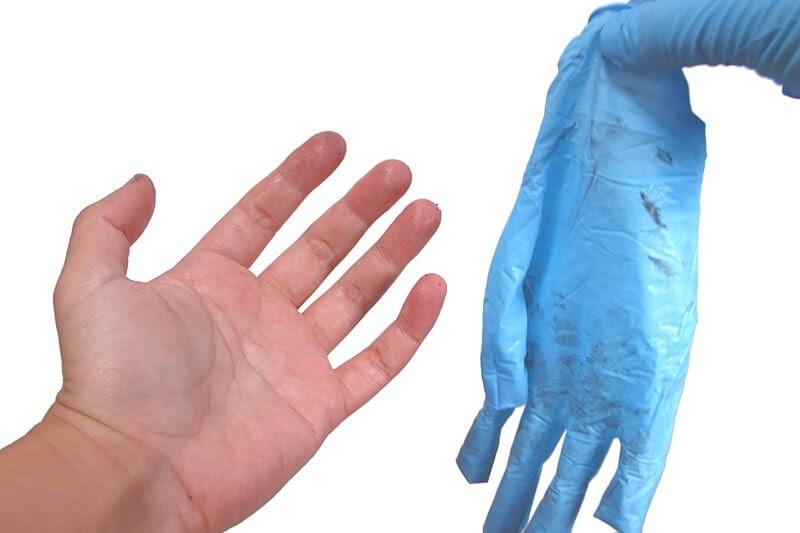 使い終わったニトリルゴム製 極薄手袋を取り外す