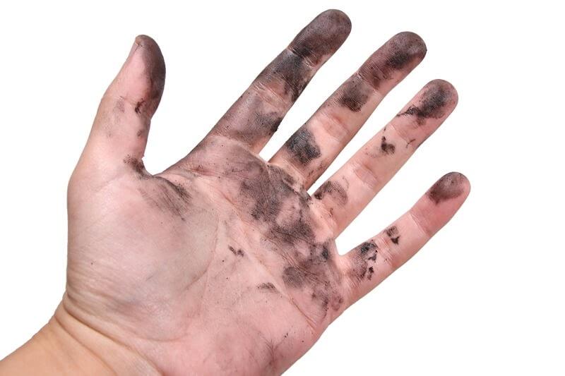 自転車の油汚れで真っ黒になった手