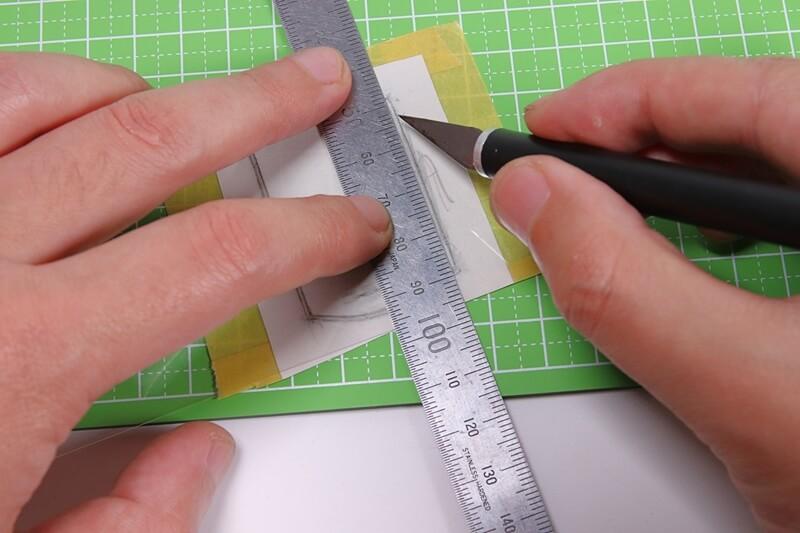 デザインナイフでサイコン画面に貼る保護フィルムを切る