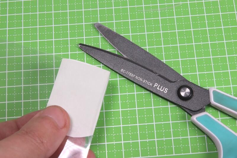 サイコンの自作保護フィルムをはさみで微調整する