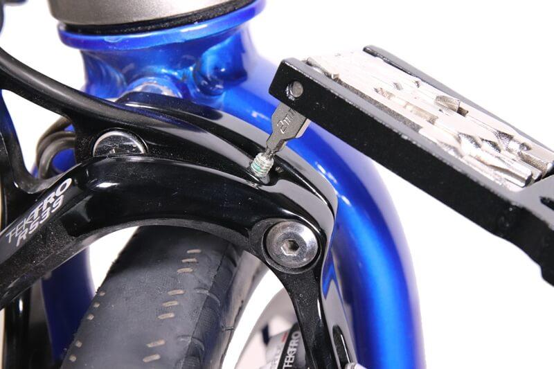 キャリパーブレーキの調節ボルトを2mmの六角レンチで締める