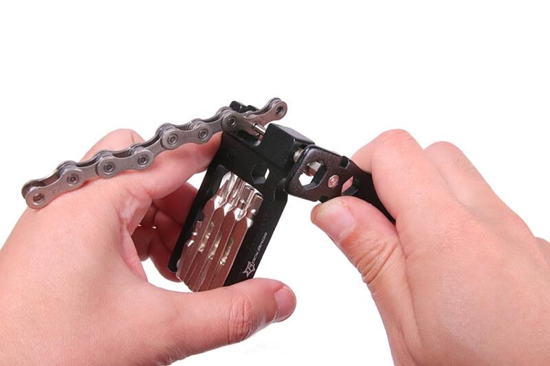 ROCKBROS 携帯マルチツールのチェーンカッターで自転車チェーンを切る